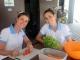 13/04/2015 - Luciana e Natalia preparando o almoço