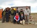 Equipe de pesquisadores e guarda parques na entrada do Monumento Natural Los Pinguinos.